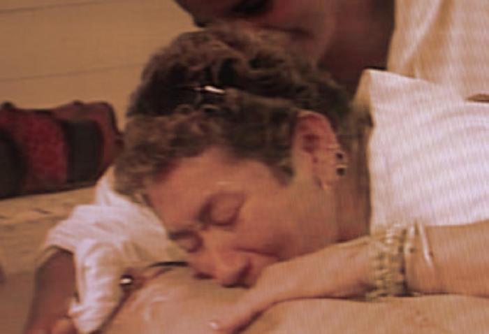 Dos mujeres se aferran al cuerpo sin vida de un hombre asesinado en El Salado durante la masacre de febrero del año 2000.